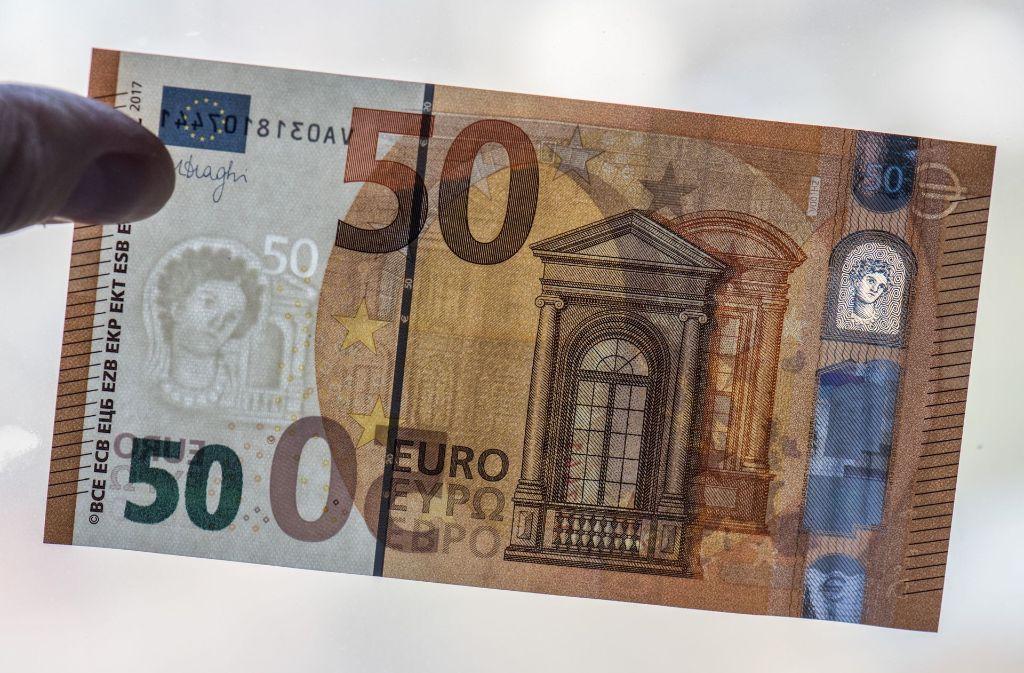 Vater und Sohn haben versucht, mit gefälschten 50-Euro-Scheinen zu betrügen (Symbolbild). Foto: dpa