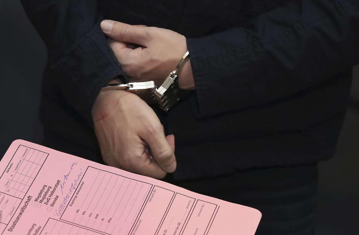 Der Angeklagte Stephan B. trug beim Betreten des Gerichtssaals Handschellen. Foto: dpa/Ronny Hartmann