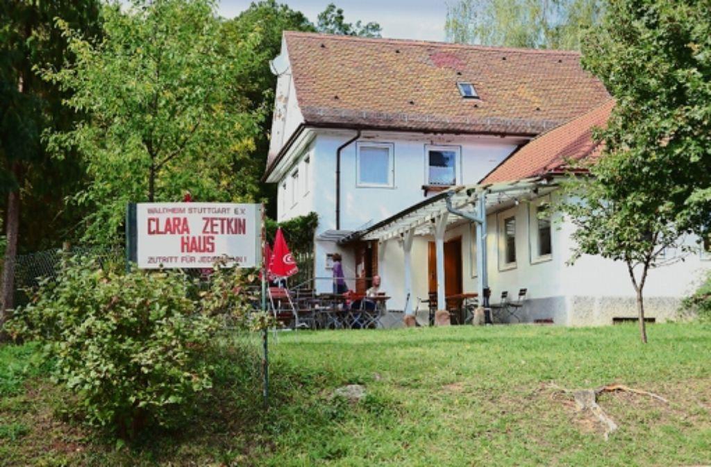 Die Sanierung des maroden Daches am Clara-Zetkin-Haus verzögert sich. Das liegt daran, dass die beauftragten Firmen ausgebucht sind. Abgesehen davon ist ungewiss, ob die Stadt einen Zuschuss für das 50 000 Euro teure Vorhaben gibt, Foto: