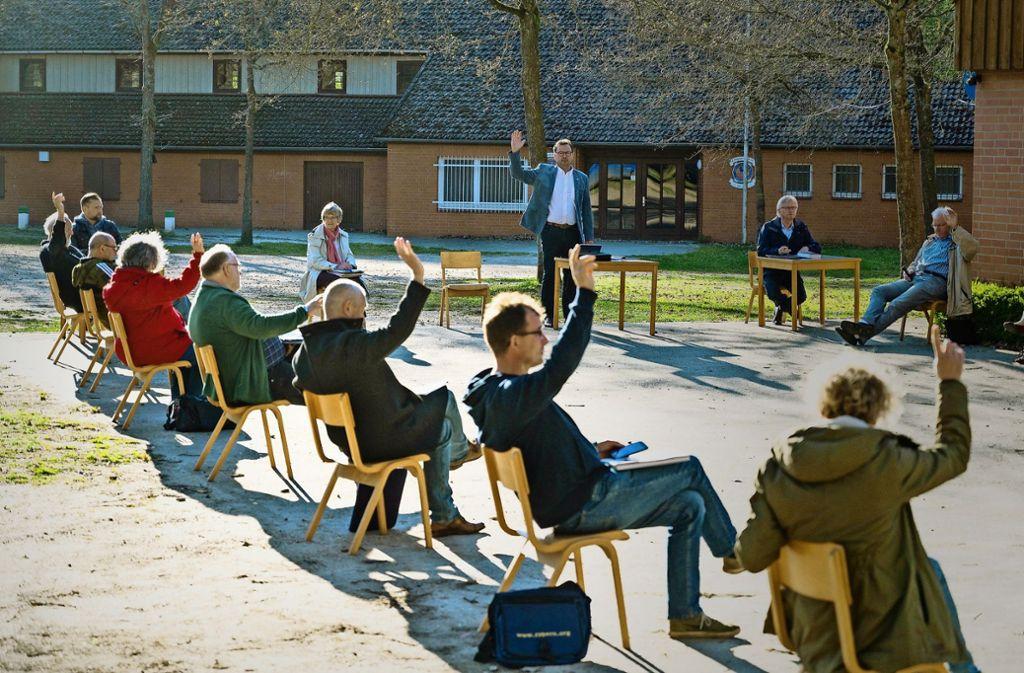 Auch eine Variante: Gemeinderatssitzung unter Corona-Bedingungen im niedersächsischen Dorf Ebstorf. In Baden-Württemberg sind aber Videokonferenzen geplant. Foto: dpa/Philipp Schulze