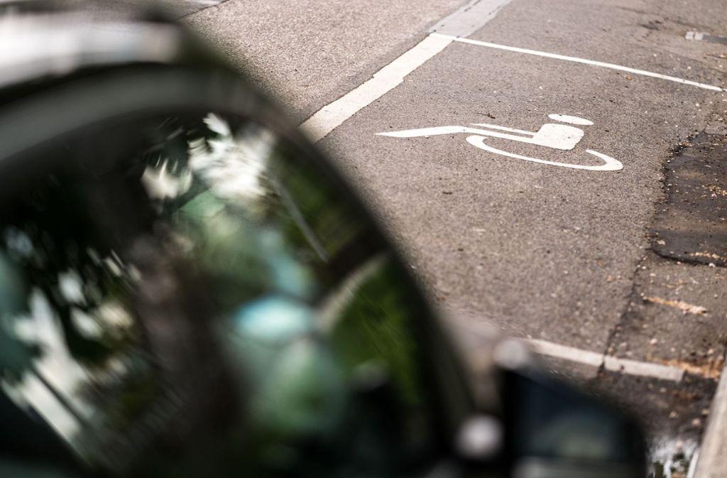 Viele Autofahrer ignorieren das Zeichen auf reservierten Parkplätzen. Foto: Lichtgut/Max Kovalenko (Archiv)