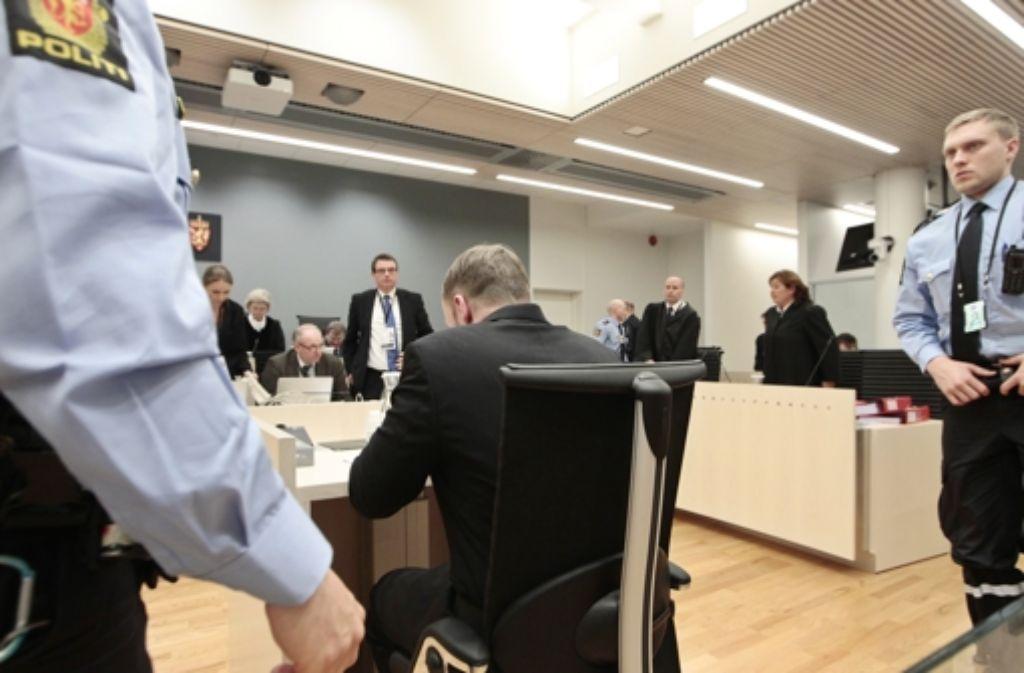 Im Kreuzverhör: die Staatsanwaltschaft hat Breivik (Mitte) . Foto: AP