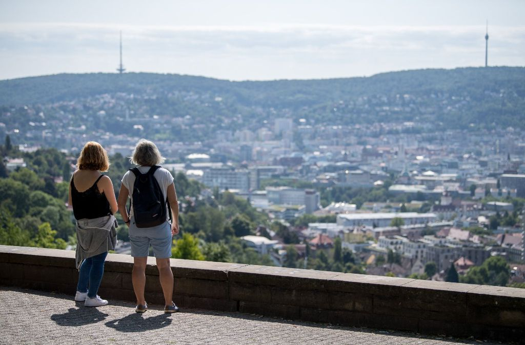 Blick auf Stuttgart: Doch wie sieht es im Kessel während der Sommerferien aus? Ist es ruhiger als sonst oder ist gar mehr los? Wir haben uns umgeschaut. Foto: dpa