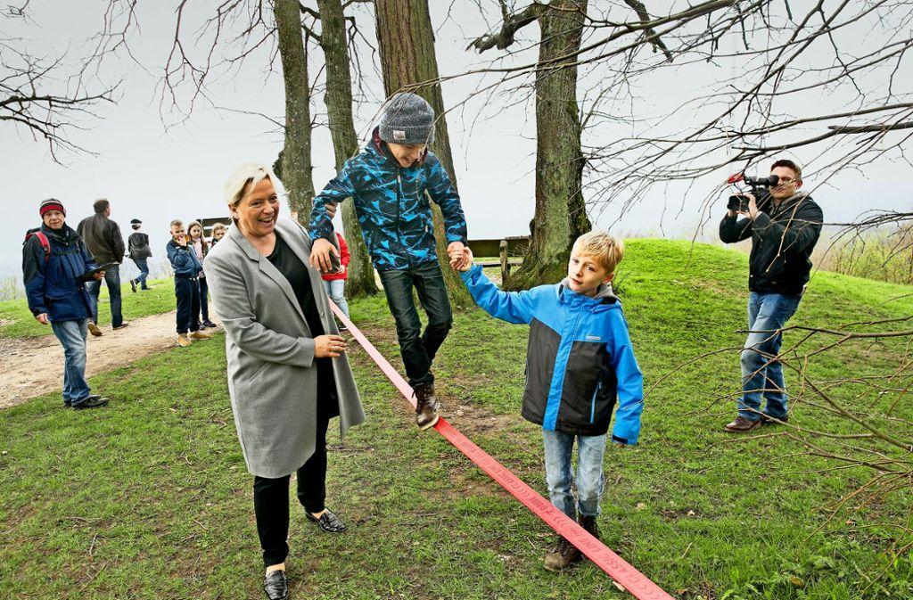 Kultusministerin Susanne Eisenmann hilft einem Drittklässler beim Balancieren auf einer Slackline. Foto: Ines Rudel