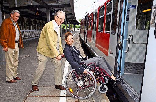 Vor  Jahren setzte sich Bezirksvorsteherin Andrea Klöber versuchshalber in einen Rollstuhl, um die Problematik am Feuerbacher Bahnhof hautnah zu erleben. Foto:
