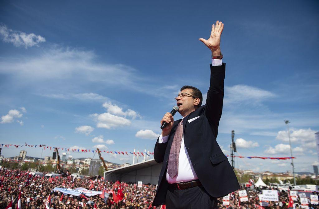 Ekrem Imamoglu hat die erste Wahl zum Istanbuler Oberbürgermeister knapp gewonnen, und liegt auch vor der erneuten Stimmabgabe vorn. Foto: AFP/Yasin Akgul
