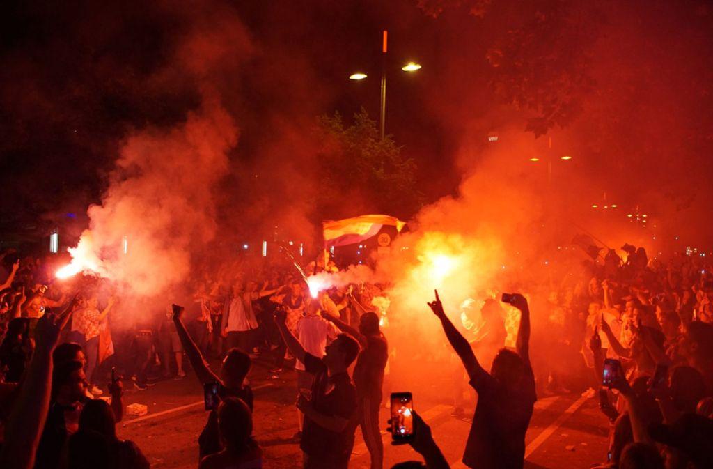 Die koratischen Fans haben am Samstagabend auf der Theodor-Heuss-Straße gefeiert. Vermummte zündeten leuchtende Pyros, hatten aber gegen die jubelnde Menge keine Chance. Foto: Andreas Rosar Fotoagentur-Stuttgart