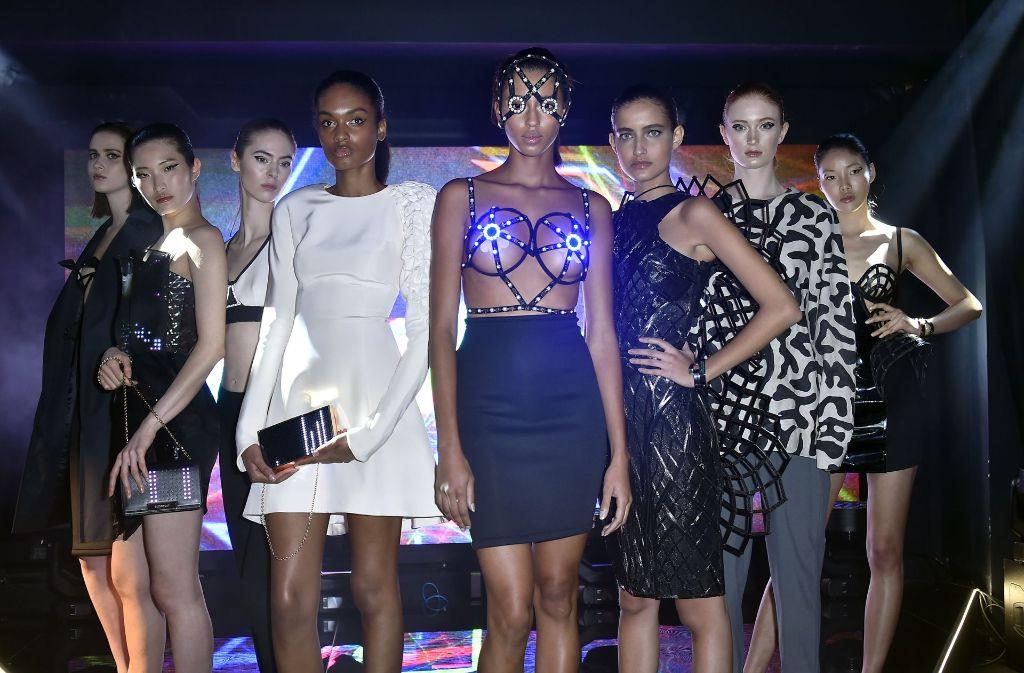 """In Anlehnung an den futuristischen Film """"Ghost In The Shell"""" präsentierten die Models Mode gepaart mit Technik. Foto: Getty Images Europe"""