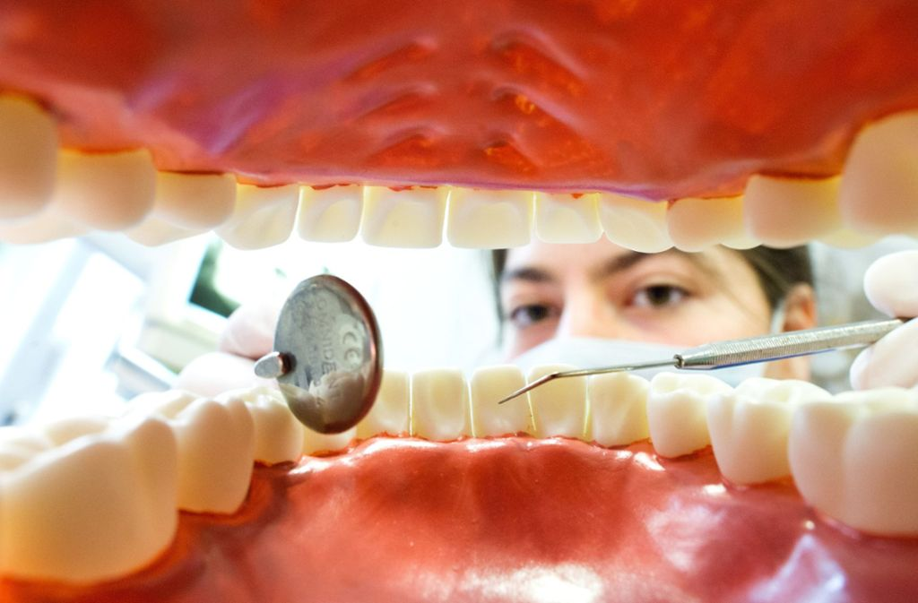 Die Jugendlikche benötigt dringend eine gut sitzende Zahnprothese. Foto: dpa