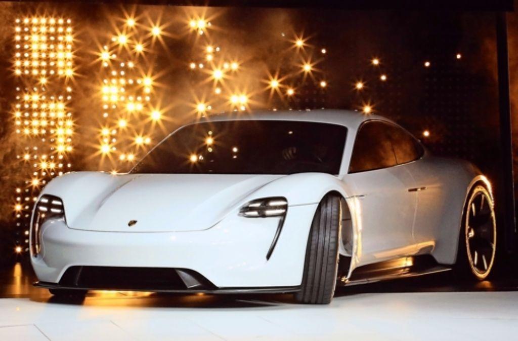 Porsche-Kunden können auch beim Elektroauto an ihren gehobenen Ansprüchen festhalten. Das Modell Mission E kommt in weniger als 3,5 Sekunden auf Tempo 100. Foto: dpa