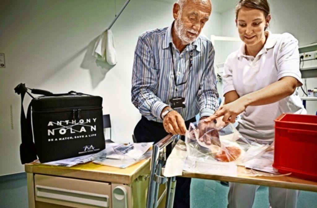 Peter Hodes und Stephanie Weber vom Robert-Bosch-Krankenhaus bereiten den  Beutel mit der  Stammzellenspende vor. Foto: Heinz Heiss