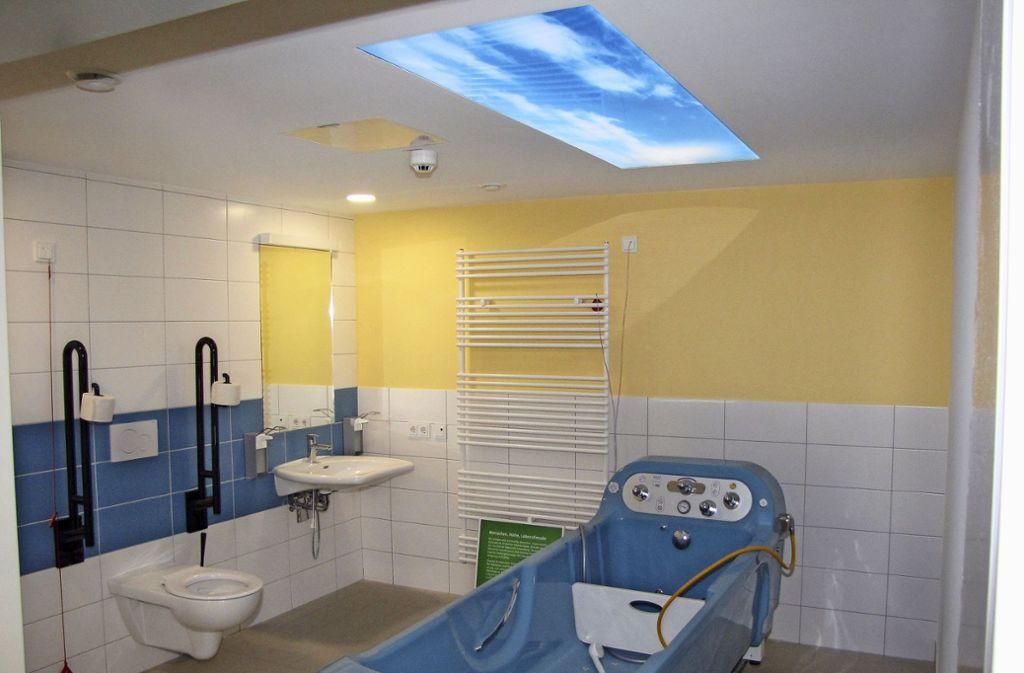 Das Stationsbad  als Wohlfühlbad mit leuchtendem Himmel. Foto: