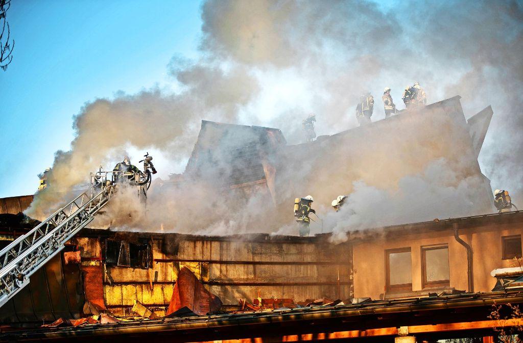 Zur Bekämpfung des Feuers mussten die Feuerwehrleute am Waiblinger Bürgerzentrum zunächst gezielt das Kupferdach öffnen. Foto: Gottfried Stoppel