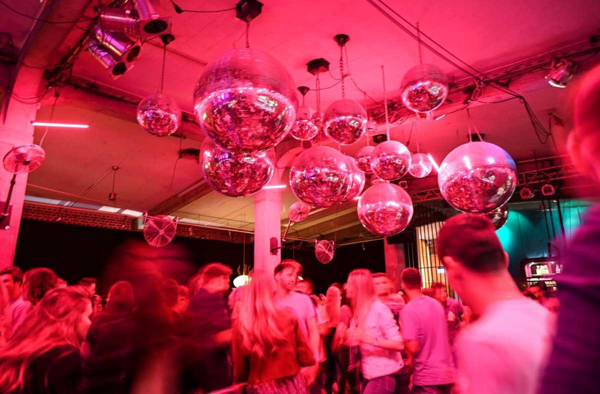Die Tickets für das Party-Pilotprojekt waren nach wenigen Minuten vergriffen. (Symbolfoto) Foto: dpa/Felix Kästle