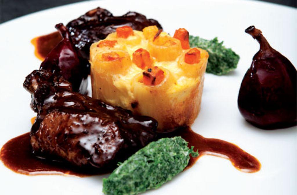 Rehrücken an Wirsingkuppel mit Käsespätzle und Rotwein-Birnen-Püree Foto: Verlagsedition netzwerk