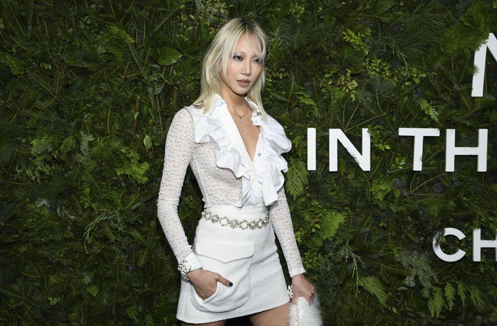 Das Model Soo Joo Park erschien im weißen Mini-Dress. Foto: Invision