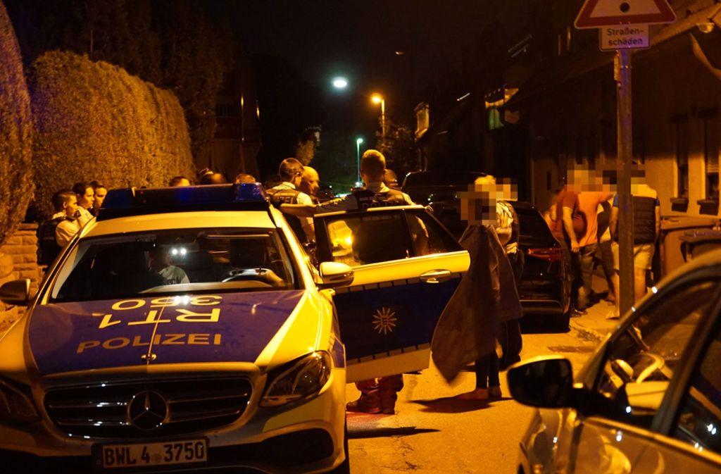 Die Polizei beendet in Neckarhausen mit einem größeren Aufgebot die Party im Freien. Foto: SDMG