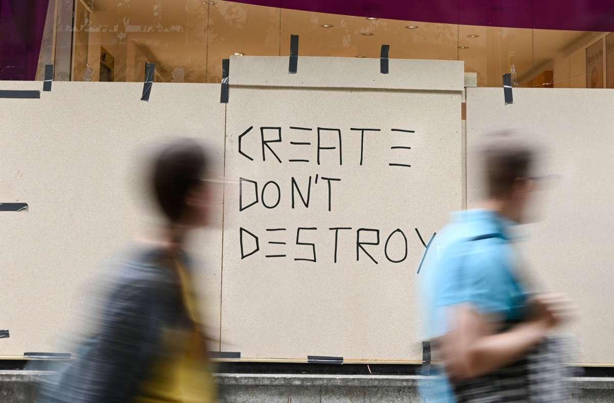 """""""Create don't destroy"""" (Neues erschaffen und nicht zerstören) war am Tag nach der Krawallnacht quer durch Stuttgart auf Holzbrettern zu sehen. Foto: AFP/Thomas Kienzle"""