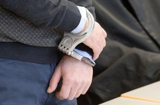 Mann ersticht Ehefrau mit Küchenmesser – lebenslange Haft