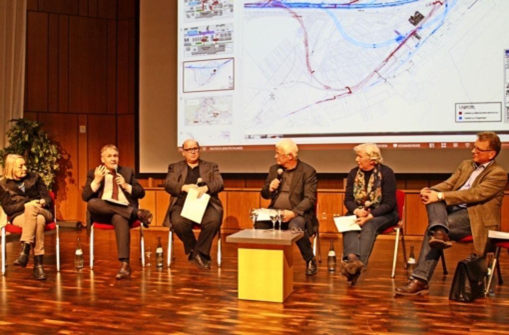 Claudia Moosmann (Linke), Thaddäus Kunzmann (CDU), Michael Brodbeck (FDP), Theo Rombach (Moderator), Ingrid Grischtschenko (Grüne) und Walter Bauer (SPD) bei der Podiumsdiskussion in der Filderhalle in Leinfelden Foto: Maike Woydt