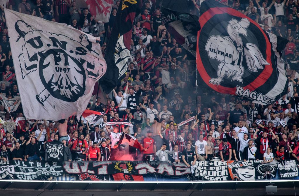 Die Fans von Eintracht Frankfurt sind berüchtigt. Hier – beim Spiel gegen Bayern München im Mai 2019 – zündeten sie Pyrotechnik. Foto: dpa/Matthias Balk