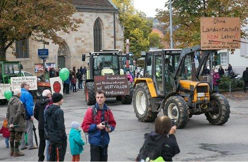 Landwirte fahren  schwere  Traktoren auf