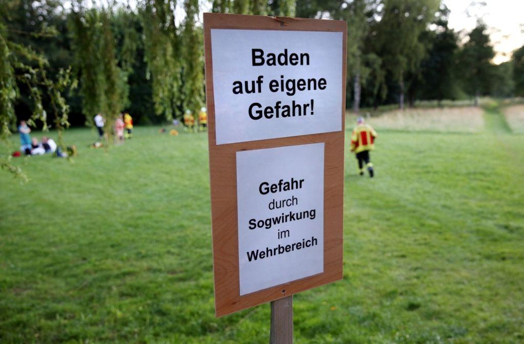 """""""Baden auf eigene Gefahr"""": Warnschilder sollen vor Sogwirkung warnen. Foto: dpa"""