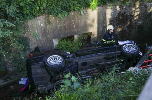 Auto landet im Bach – zwei Verletzte