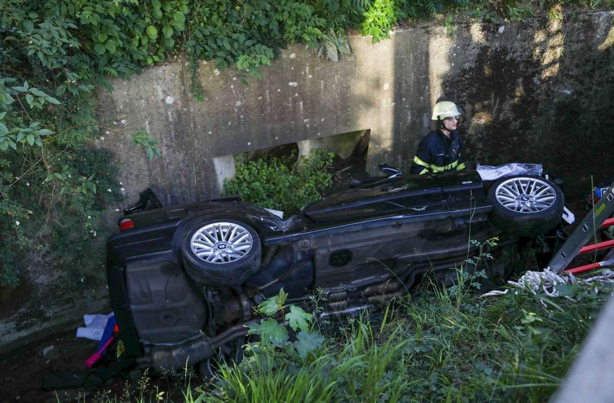 In Göppingen ist ein Auto in einem Bach gelandet. Foto: 7aktuell.de/Christina Zambito