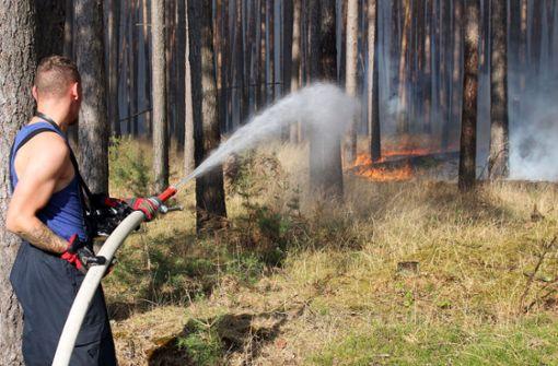 Helfer haben Flammen im Griff