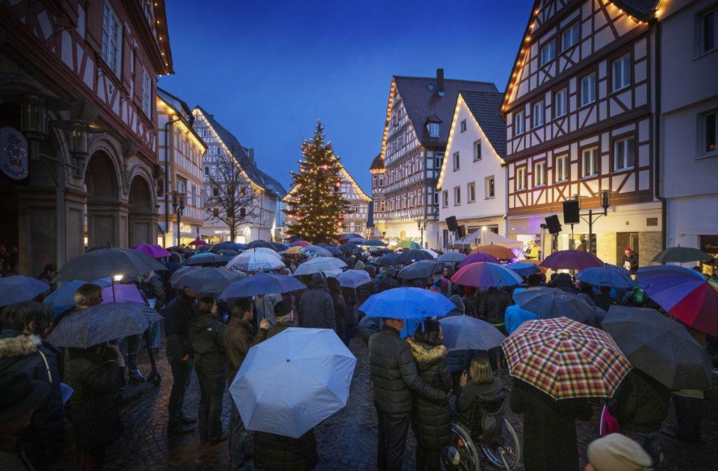 Trotz  widriger Bedingungen   pilgern viele  Menschen zum Gottesdienst. Foto: Gottfried Stoppel