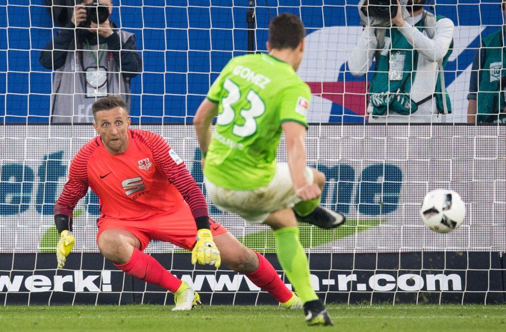 Mario Gomez, heute wieder Stürmer beim VfB Stuttgart, setzte sich 2017 mit dem VfL Wolfsburg in der Relegation gegen Eintracht Braunschweig durch. Foto: dpa