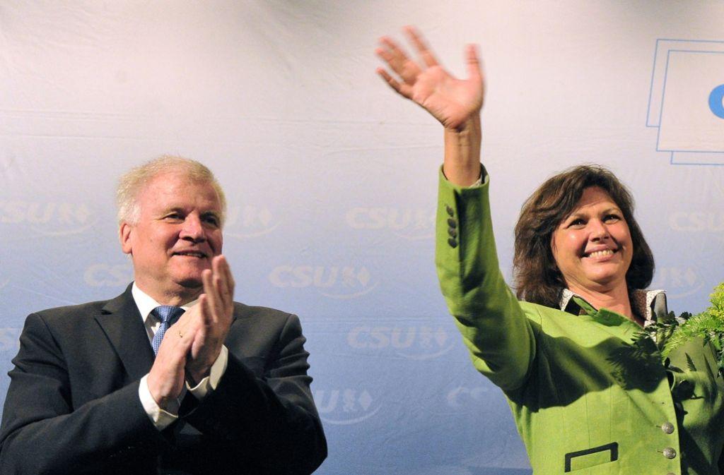 Archivbild: Ilse Aigner neben dem Parteivorsitzenden Horst Seehofer beim Bezirksparteitag in Oberbayern im Juni 2015. Foto: dpa