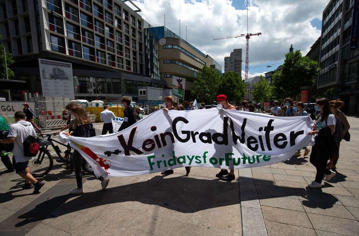 Fridays-for-Future-Demonstranten aus unterschiedlichen Altersgruppen ziehen durch die Stuttgarter Innenstadt Foto: Lichtgut/Leif Piechowski