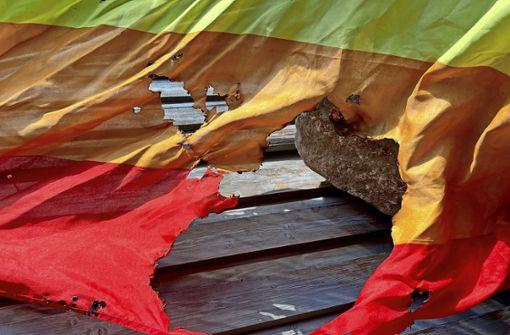 Unbekannte zünden Regenbogenfahne an