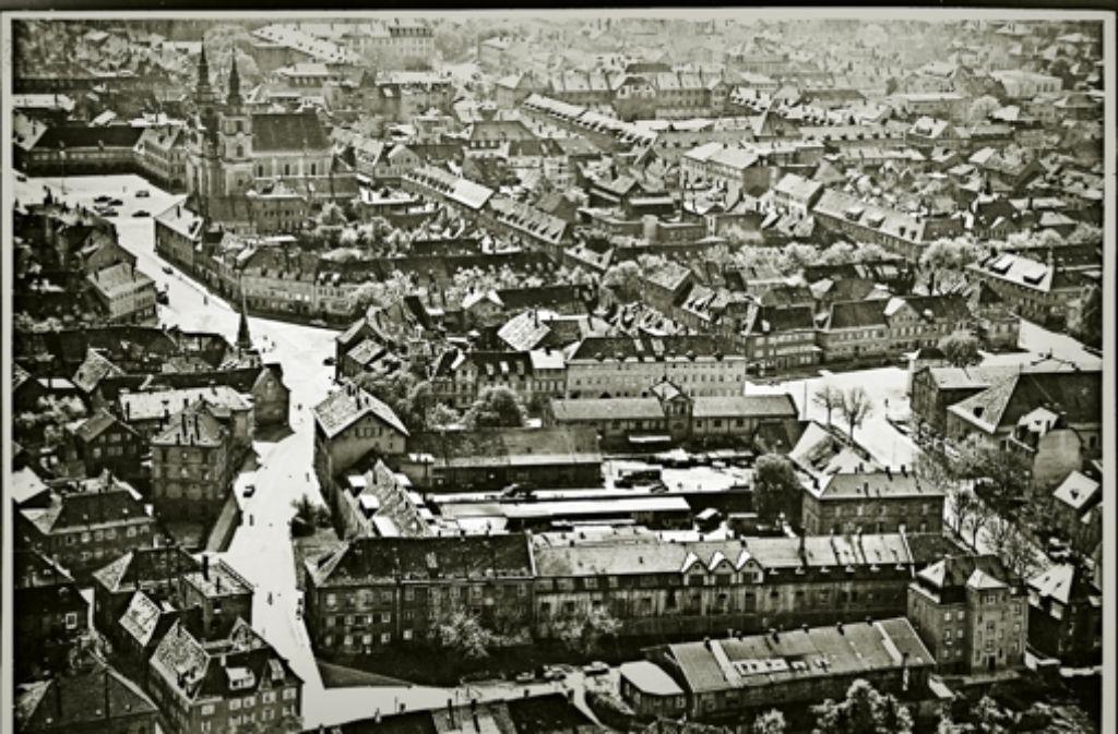 Auf diesem Bild aus dem Jahr 1960 sind vorne in der Mitte die maroden Kasernen auf dem Marstall-Areal zu sehen, die Anfang der 70er Jahre durch das Marstall-Center ersetzt wurden. Links in der Bildmitte befindet sich der Holzmarkt, darüber sind  die  Stadtkirche und der Marktplatz. Rechts ist in der Bildmitte der  Reithausplatz zu erkennen. Foto: Moser