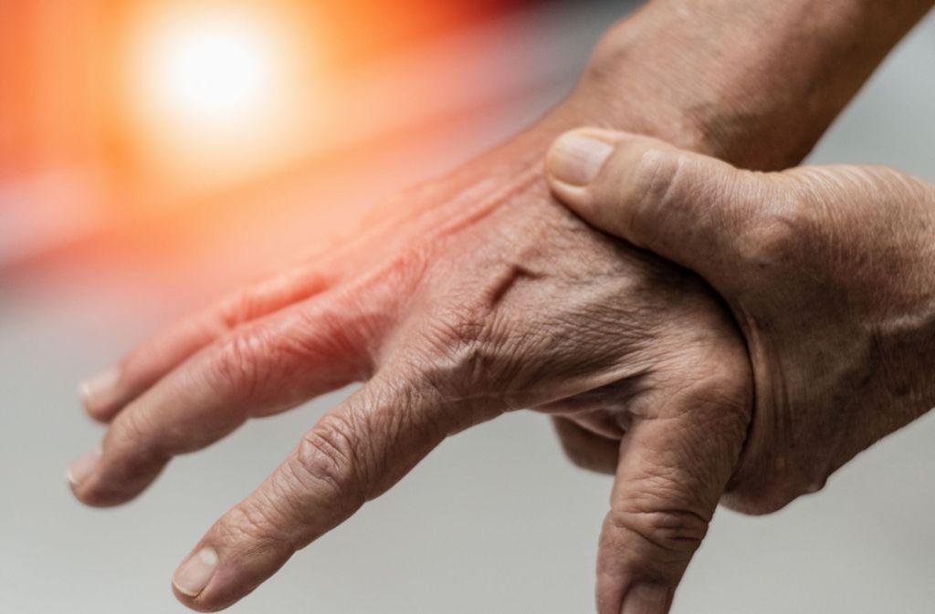 Schmerzen und geschwollene Gelenke – das können Anzeichen von Rheuma sein. Foto: Khunatorn/Adobe Stock
