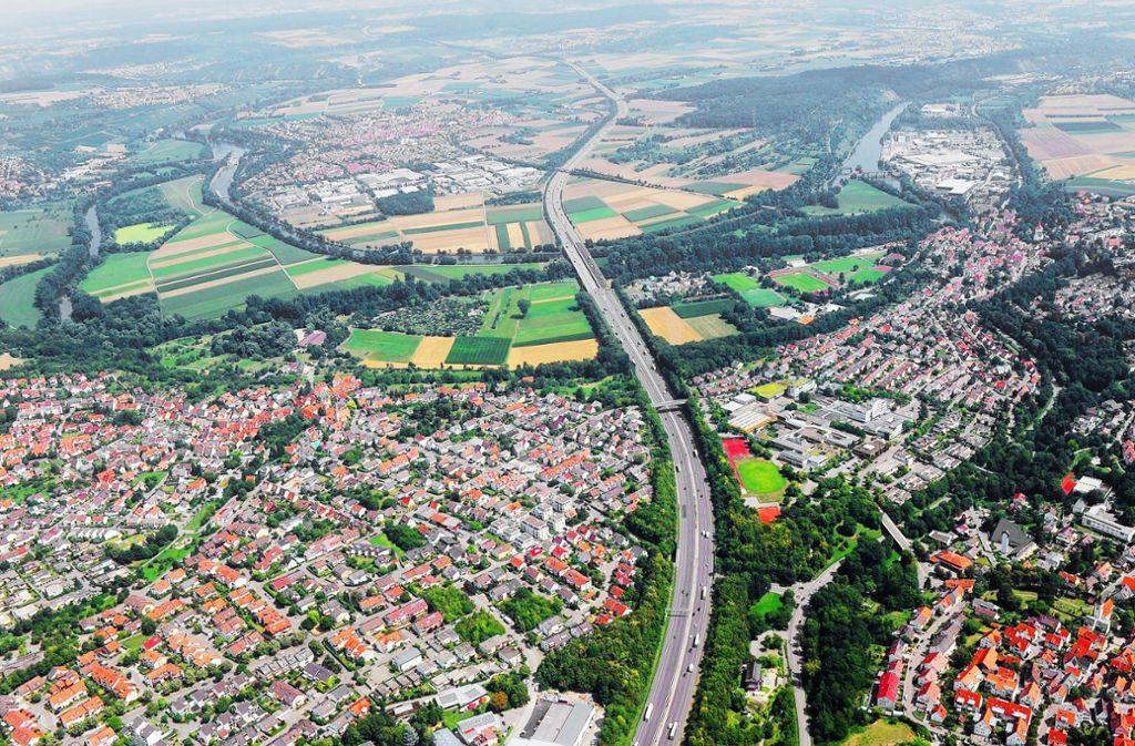 Die A 81 zerschneidet die Stadt Freiberg in zwei Hälften. Foto: Kuhnle