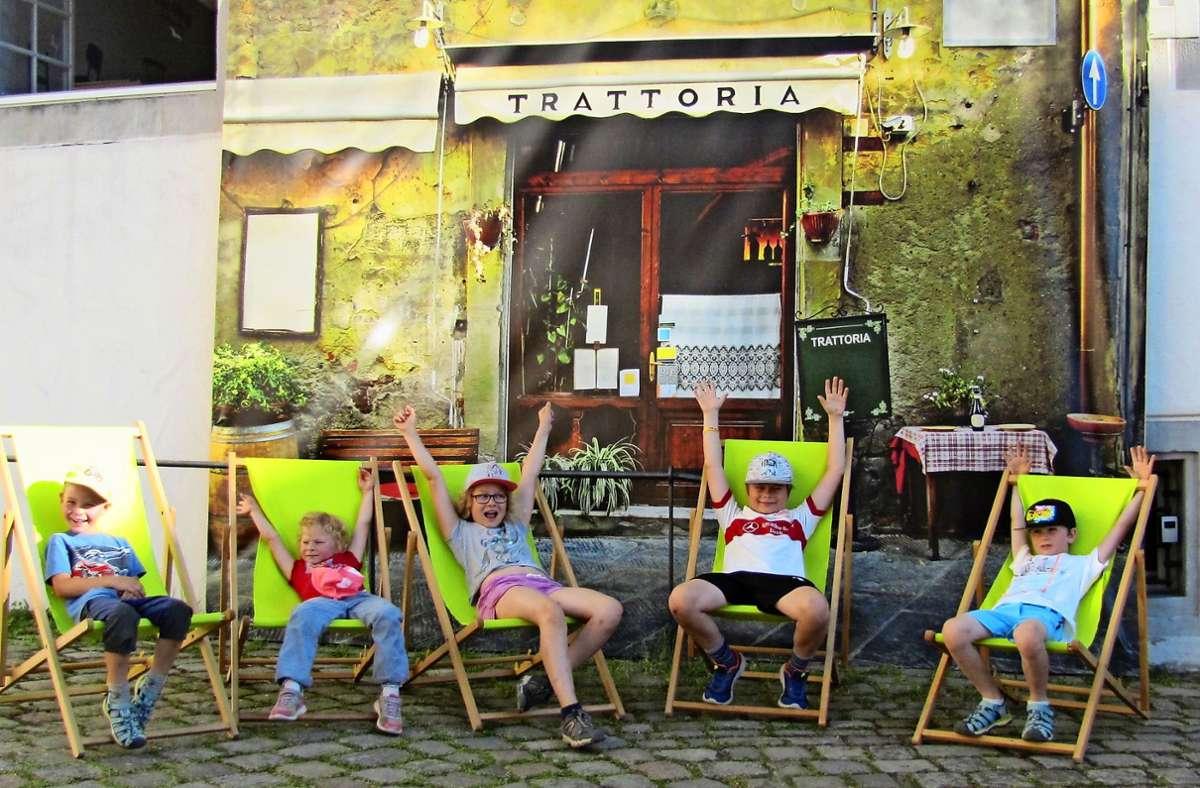 """Auch der Nachwuchs geniest """"La dolce vita"""" in der Schönbuchstadt. Natürlich stilecht vor der Trattoria. Foto: Claudia Barner"""
