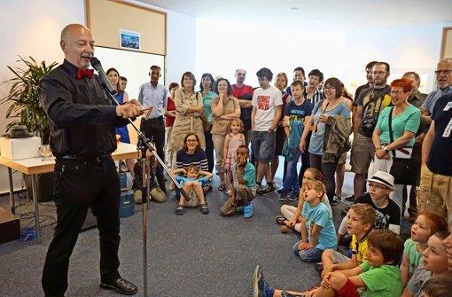 """Wolf Wölfel, Physik-Professor an der Uni Stuttgart, eroberte  sein Publikum mit einer unterhaltsamen Show. Der augenzwinkernde Titel: """"Physik oder Zauberei?"""" Foto: Ursula Vollmer"""