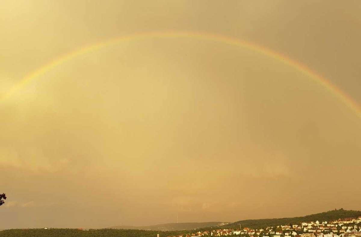 Ein wahrhaft seltener Anblick: ein Regenbogen eingebettet in einem gelben Himmel. Foto: Theresa Schäfer