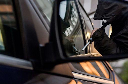 Autoscheibe eingeschlagen: Laptops, Handys  und E-Scooter  gestohlen