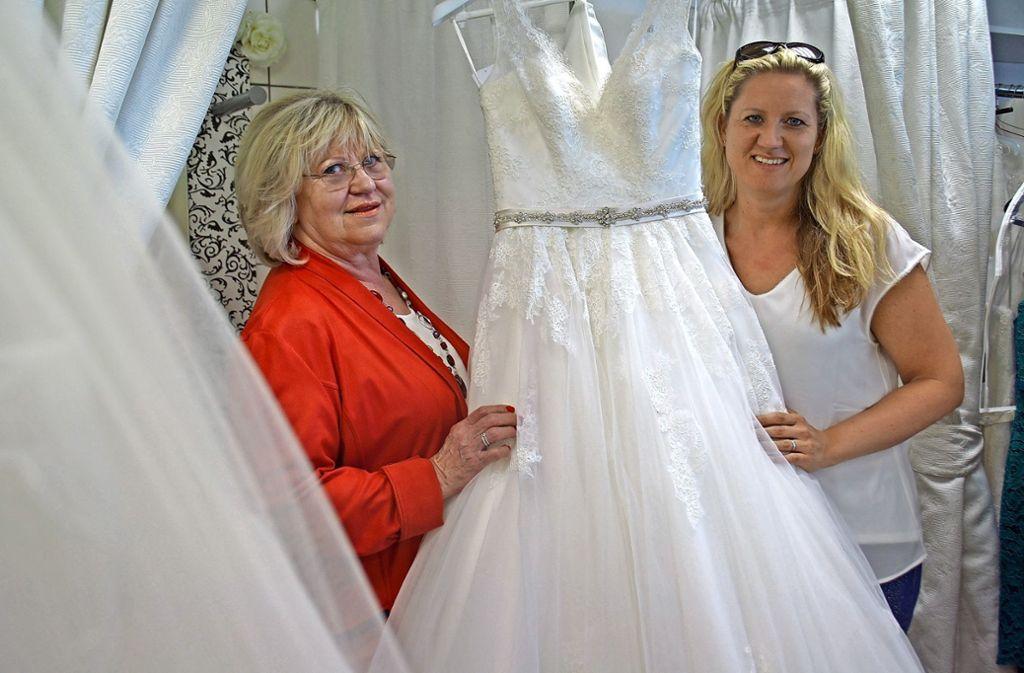 Melanie Schweizer (rechts) und ihre Mutter Margit freuen sich, wenn sie in ihrem Laden  Bräute glücklich machen. Foto: Leonie Schüler