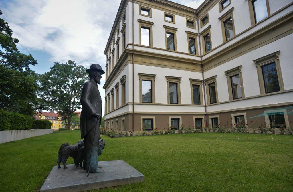 Wo steht er richtig? Wilhelm II. mit seinen Hunden im Garten des Stadtpalais. Foto: Lichtgut/Max Kovalenko