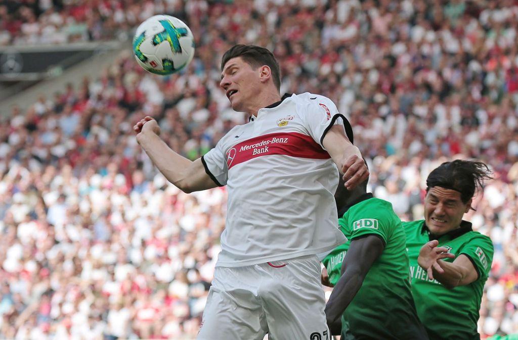 Mario Gomez (re.) zieht ab, trifft aber nicht. Am Ende muss sich der VfB Stuttgart mit einem Punkt gegen Hannover 96 begnügen. Foto: Pressefoto Baumann