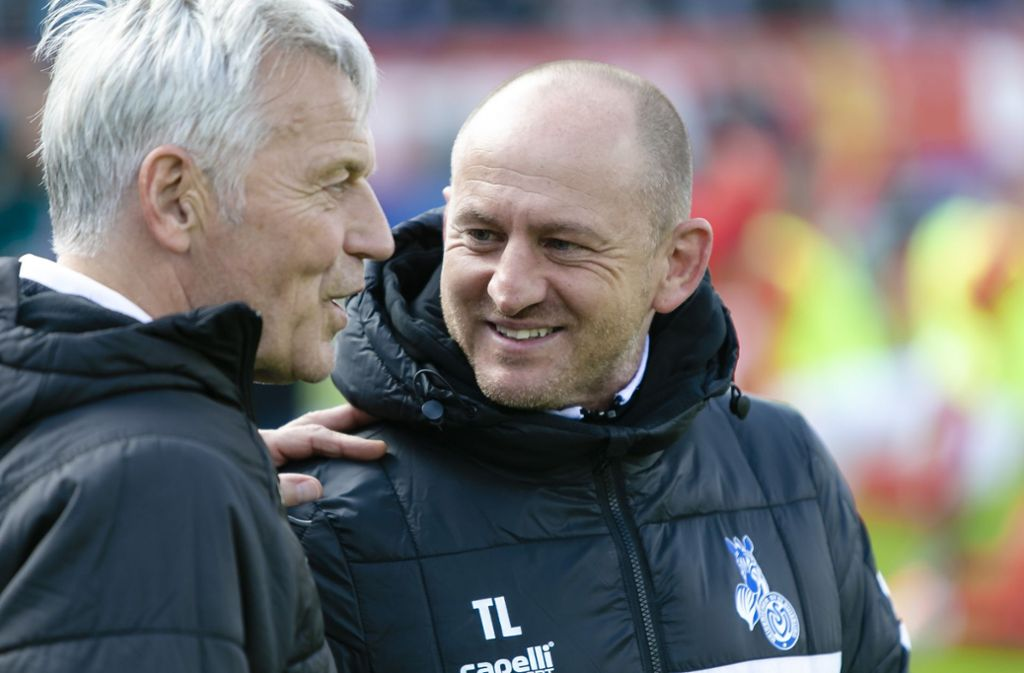 Gedankenaustausch: Kiels Co-Trainer Rainer Ulrich (li.) im Gespräch mit Duisburgs Chefcoach  Torsten Lieberknecht. Foto: dpa