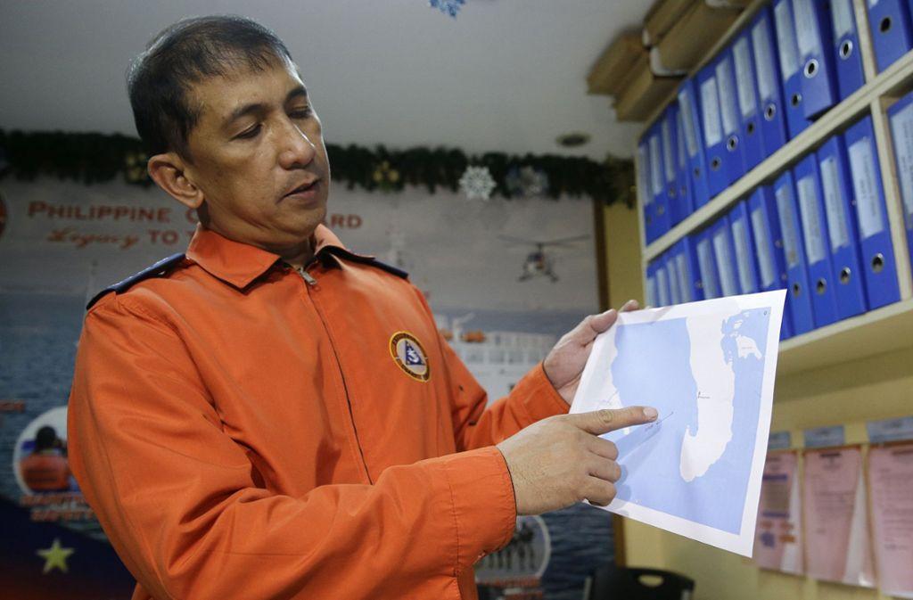 Ein Sprecher der Küstenwache in Manila zeigt auf einer Karte den Unglücksort. Foto: AP