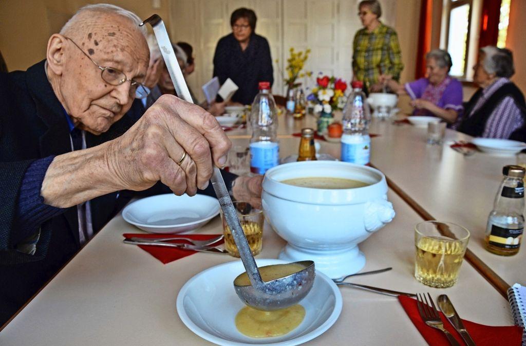 Beim Mittagstisch im evangelischen Gemeindehaus plaudern die Senioren mit ihrem neuen Gast aus dem Iran und verbessern dabei gleich ihre Englischkenntnisse. Foto: Wazulin