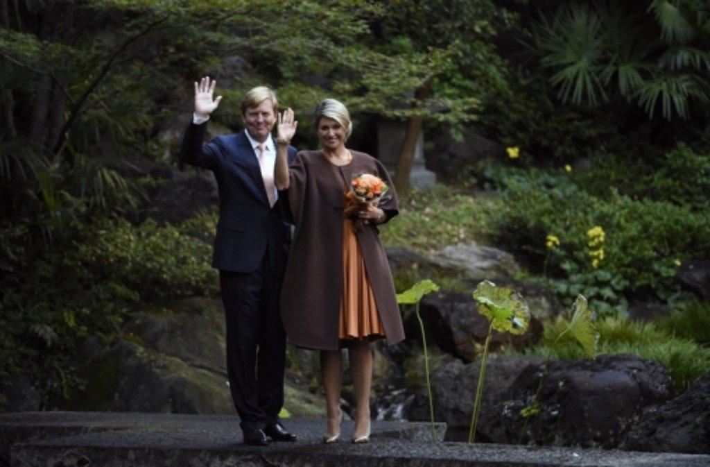 29. Okrober 2014: Der niederländische König Willem-Alexander und seine Frau Máxima lassen sich im Garten des Seishoji-Tempels in Tokio fotografieren. Das Paar ist zu einem viertägigen Besuch in Japan zu Gast. Foto: dpa