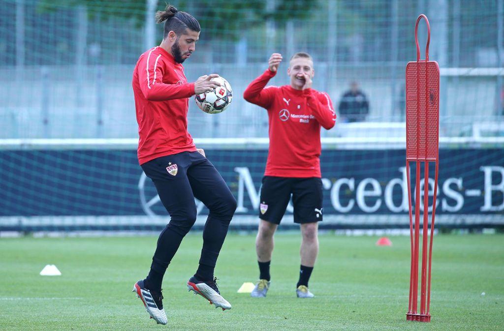 Emiliano Insua (vorne) ist einer der VfB-Spieler, dem eine Sperre droht. Santiago Ascacibar muss seine aktuell noch absitzen. Foto: Pressefoto Baumann
